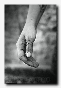 Tiny finger tattoos for girls; small tattoos for women; rin… Tiny finger tattoos for girls; small tattoos for women; finger tattoos with meaning; Ethnisches Tattoo, Ink Tatoo, Tatoo Henna, Tattoo Hand, Tattoo Forearm, Tattoo Flash, Tattoo Fonts, Tattoo Drawings, Wrist Band Tattoo