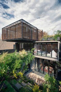 Casa disposta em níveis tem jardins por todos os lados (Foto: Jaime Navarro, Yoshihiro Koitani e Rafael Gamo/Divulgação)