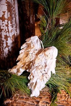 Avete mai decorato con la carta velina? Sicuramente sì se amate lo stile Shabby Chic. Amiche creative, oggi vi diamo qualche dritta per ritornare un po' bambini e per sporcarvi le mani di colla, ma per un ottimo scopo, ossia rendere più bella la vostra casa anche in vista di un'occasione speciale come il Natale!