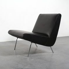 Joseph-André Motte Artifort, The Netherlands, 1955 60s Furniture, Mid Century Modern Furniture, Furniture Styles, Shabby Chic Furniture, Contemporary Furniture, Furniture Design, Leather Chaise Lounge Chair, Chaise Chair, Leather Dining Room Chairs