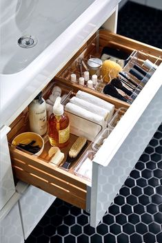 DIY Bathroom Organization Ideas For Space Saving 32 Diy Bathroom, Small Bathroom Storage, Bathroom Organisation, Home Organization, Master Bathroom, Bathroom Vanities, Bathroom Ideas, Bathroom Stuff, Bedroom Storage
