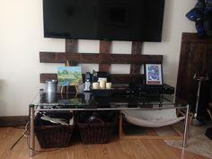 cache fils de tv Tv, Liquor Cabinet, Flat Screen, Storage, Furniture, Home Decor, Sons, Purse Storage, House Bar
