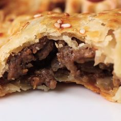 Cheeseburger Hand Pies on the days I DO eat meat. I only eat meat on the weekends with my dietary plan. Tasty Videos, Food Videos, Recipe Videos, Cooking Videos, Beef Dishes, Ground Beef Recipes, Hand Pies, Quick Meals, Love Food