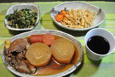 おでん(牛すじと大根とニンジン)、大根の葉っぱとサラミの炒めもの、大根の皮と柚子の皮の漬けもの、ミニトマト、赤ワイン。大根尽くしな夕食。