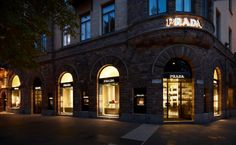 Prada renovates its store in Stockholm, located on the prestigious Birger Jarslgatan, one of the city's main luxury shopping streets. In the new space – along with the leather goods and accessories collections for women and men, and the women's ready-to-wear and footwear collections – a selection of the men's ready-to-wear and footwear collections is now also available. The interior covers a total area of 585 square metres. The space is divided into a succession of rooms featuring a…
