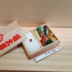 石田 直さんはInstagramを利用しています:「サイズ感が少し分かってきた頃 お土産の包装紙のロゴを使ってみました #ミニチュアフード #お弁当」