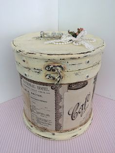 1 million+ Stunning Free Images to Use Anywhere Vintage Train Case, Vintage Box, Vintage Shabby Chic, Decoupage Tins, Decoupage Vintage, Galvanized Decor, Box Company, Hat Boxes, Altered Boxes