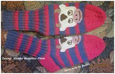Ammuu... Iso lehmän naama aikuisen sukassa, jämälankojen seassa. Socks, Fashion, Moda, Fashion Styles, Sock, Stockings, Fashion Illustrations, Ankle Socks, Hosiery