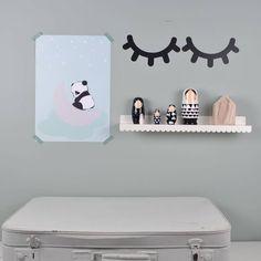 Deze schattige muursticker van twee slapende oogjes staat leuk op een witte of licht gekleurde muur.