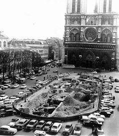 Lors de fouilles en 1964 devant Notre-Dame, on a découvert des thermes - Vine Ideas Paris Pictures, Paris Photos, Old Pictures, Old Photos, Old Paris, Vintage Paris, France Landscape, Metro Paris, French History