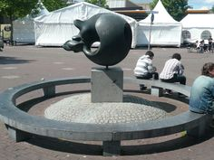Een kunstbeeld op het plein, voor de toeristen die op het plein komen (Wessel)