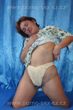 Zralá žena doma na posteli fotí žhavé fotky a je krásně vidět její bobr mezi nohama