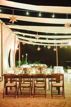 Las telas en el techo y paredes dan originalidad y calidez al ambiente. No pueden faltar lucecitas y adornos entre ellas