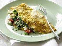 Gefülltes Omelett mit Tomaten und Schafskäse - smarter - Kalorien: 240 Kcal - Zeit: 35 Min. | eatsmarter.de Tomaten und Schafskäse verleihen diesem Omelett Würze.