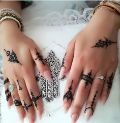 Leading Tattoo Magazine & Database, Featuring best tattoo Designs & Ideas from around the world. At TattooViral we connects the worlds best tattoo artists and fans to find the Best Tattoo Designs, Quotes, Inspirations and Ideas for women, men and couples. Traditional Henna Designs, Modern Henna Designs, Henna Tattoo Designs Simple, Finger Henna Designs, Latest Mehndi Designs, Henna Ink, Henna Tattoo Hand, Hand Tattoos, Tatouage Xo