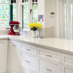 Give a twist to your white kitchen! An eloquent opaque light gray surface with soft charcoal veins can ennoble your kitchen space and add an unexpected interest. Try London Gray Caesarstone US quartz stone. Design by Interior Rejuvenations #quartzcountertop #kitchencountertop #quartzkitchen #kitchenbeautiful