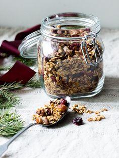 Joulugranola - koukuttavan hyvä aamupala ja syötävä tuliainen - Ruokakonttuuri Granola, Muesli