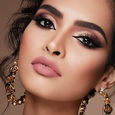 Eyeliner: All the secrets of a perfect stroke - make-up and beauty❤ . Bride Makeup, Glam Makeup, Party Makeup, Eyeshadow Makeup, Hair Makeup, Eyeshadow Palette, Gorgeous Makeup, Love Makeup, Makeup Inspo