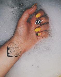 Yellow nails and tattoo Inspiring Ladies - nails Aycrlic Nails, Nail Manicure, Manicure Ideas, Nails 2018, Summer Acrylic Nails, Best Acrylic Nails, Stylish Nails, Trendy Nails, Yellow Nail Art