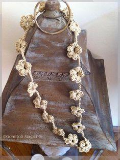 La Collana dell'Amicizia – Gomitoli Magici Crochet Jewelry Patterns, Crochet Designs, Photo Pattern, Free Pattern, Fabric Jewelry, Love Crochet, Handmade Accessories, Crochet Necklace, Jewels