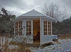 Weißer Gartenpavillon im Winter.