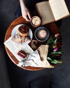 Des fleurs, un livre, un peu de pâtisserie, des cafés.