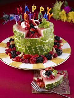 Geburtstagstorte aus Wassermelone mit Beeren