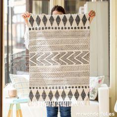 Alfombra pequeña con estampado geométrico #home #decor #alfombra
