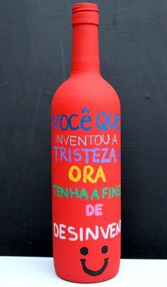 """Essa linda garrafa é exclusiva e perfeita para decorar a sua casa com criatividade! <br> <br>Garrafa reciclada, pintada de vermelho e com frase baseada na música de """"Chico Buarque - Apesar de Você"""" escrita manualmente em diversas cores. Acabamento em verniz fosco. <br> <br>**TAMBÉM ACEITAMOS ENCOMENDAS.** <br> <br>IMPORTANTE: Esta garrafa é uma peça delicada e exige alguns cuidados especiais, principalmente quanto à limpeza: não pode molhar, apenas passar um pano seco e espanador."""
