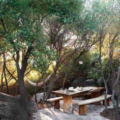 Une salle à manger d'extérieur en pleine forêt