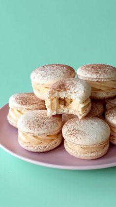 Cinnamon Macarons with a caramel frosting and apple pie centre Zimt Macarons mit einer Karamellglasur und einer Apfelkuchenmitte Macaron Filling, Macaron Flavors, Cinnamon Apples, Caramel Apples, Macaron Cookies, Apple Cookies, Baby Cookies, Heart Cookies, Valentine Cookies
