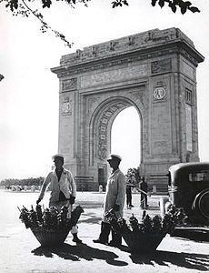 Nicolae Ionescu - Pretzel vendors in uniform in front of the Triumph Arch.jpg