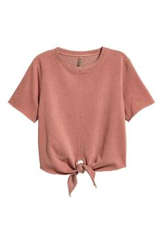 Short-sleeved top in washed, lightweight sweatshirt fabric. Seam at center front, ties at front of hem, and raw edges. Crop Top Und Shorts, H&m Shorts, T Shirt And Shorts, Crop Shirt, Tee Shirts, Crop Top Et Short, Red Short Sleeve Tops, Hoodie Sweatshirts, Tied T Shirt