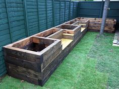 Garden Design Les Mable's raised beds with bench seats from new railway sleepers - Want to learn how to build a raised bed in your garden? Here's a list of the best free DIY raised garden bed plans Small Backyard Gardens, Backyard Garden Design, Small Backyard Landscaping, Backyard Ideas, Garden Ideas, Raised Gardens, Backyard Patio, Pallet Landscaping Ideas, Mulch Landscaping