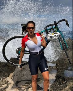 To increase your enjoyment of mountain biking, the right shoe is necessary. A shoe created particularly for the mountain bicycle rider is the way to go. Cycling Wear, Cycling Girls, Cycling Outfit, Triathlon, Radler, Female Cyclist, Mountain Bike Shoes, Cycle Chic, Road Bike Women