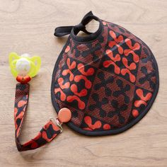 Cadeau de naissance : le bavoir en wax et son attache-tétine coordonnée.