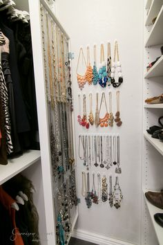 Ikea closet doors mirror jewelry storage 54 best ideas - Ikea DIY - The best IKEA hacks all in one place Hidden Jewelry Storage, Mirror Jewelry Storage, Jewelry Storage Solutions, Jewelry Wall, Jewellery Storage, Jewelry Crafts, Jewelry Tree, Diy Jewellery, Glass Jewelry