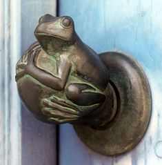 ♅ Detailed Doors to Drool Over ♅ art photographs of door knockers, hardware & portals - frog door handle Door Knobs And Knockers, Knobs And Handles, Door Handles Vintage, Antique Door Knobs, Vintage Doors, Antique Brass, Cool Doors, Unique Doors, Door Detail