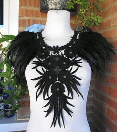 Collar negro de encaje y plumas. Collar babero gótico de