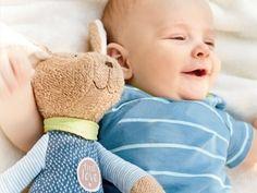 Die Stricksaison für Mützen & Co ist eröffnet! Wenn die Ohren in ein paar Wochen schön warm sein sollen, sollte jetzt die Nadeln rausholen. Und wer früh genug anfängt, hat auch Handschuhe und Stulpen rechtzeitig fertig. Toddler Pillow, Teddy Bear, Pillows, Babys, Animals, Second Child, Cuddle, Mom And Dad, Sleeping Bags