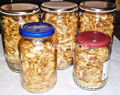 Co dělat, pokud potřebujeme uskladnit na delší dobu oloupané vlašské ořechy? Dávala jsem je dříve do mrazáku, ale nyní zavařuji různé ořechy podle uvedeného receptu, což je výhodnější a mám je vždy po ruce ve spíži. Vareni.cz - recepty, tipy a články o vaření. Mason Jars, Food And Drink, Beans, Canning, Vegetables, Drinks, Co Dělat, Hampers, Beans Recipes