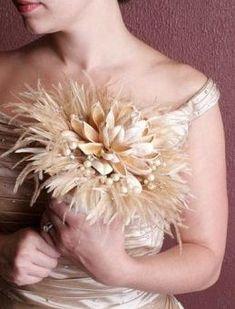 Ramos de novias con plumas. Aquí te mostramos más de 120 sugerencias de ramos de novia. Pedrería y tela, broches, chocolate y gominolas, botones, frutas, mariposas, papel, perlas, conchas, exóticos, metálicos, con plumas, abanicos, bolsos, navideños, modernos, clásicos…