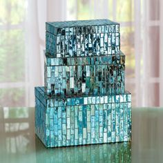 These sparkly Mosaic Boxes belong on the bathroom shelves holding things like hair clips. Mosaic Tray, Mirror Mosaic, Mosaic Glass, Stained Glass, Glass Art, Diy Mirror, Mosaic Crafts, Mosaic Projects, Mosaic Ideas