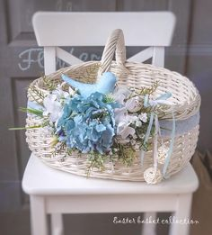 Wedding Gift Baskets, Wedding Gift Wrapping, Cane Baskets, Easter Baskets, Creative Wedding Gifts, Wedding Stage Design, Candy Flowers, Basket Decoration, Wedding Crafts