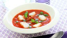 En hjemmelaget tomatsuppe er næringsrik og lett å lage. Denne oppskriften gir den klassiske suppen en moderne vri med skrei, pepperoni og basilikumpasta.