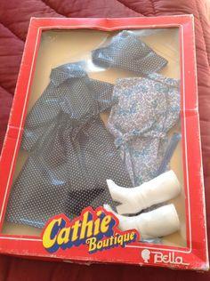 Tenue Myosotis Pour Poupée Cathie De Bella Barbie, Doll Clothes, Dolls, Vintage, Products, Beautiful Dolls, Antique Dolls, Outfits, Haute Couture