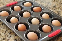 Placez-les dans une plaque à muffins puis mettre au four 25 à 30 minutes à 325˚F. Pas besoin de mettre d'eau dans le fond des moules.  De cette manière, les oeufs ne peuvent pas casser, ils ont une texture moins caoutchouteuse et sont beaucoup plus faciles à peler.