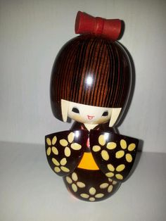 PARTAGE OF COLORE D'ORIENTE SHOP.......ON FACEBOOK...........The KOKESHI (小 芥子 / こ け し) are Japanese dolls from the north of the archipel.Les kokeshi were created 150 years ago by the kiji-shi (Japanese: wood craftsmen) in northern Honshu (the largest island of Japan) in the Tōhoku région............
