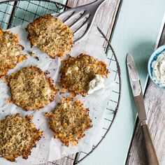 Ohne Mehl, ohne Eier. Nur einige kleine Blumenkohlröschen, etwas Parmesan und ein paar Gewürze finden sich in deinen Low-Carb-Talern wieder.