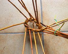 une très belle découverte, faite récemment, que ce panier particulier appelé bouyricou. Je vous en donne la définition mentionnée sur le site de l'association de la mémoire du bouyricou (voir le lien). Le bouyricou est un panier traditionnellement réalisé... Basket Willow, Pine Cones, Tree Branches, Basket Weaving, Hair Accessories, How To Make, Blog, Paper Envelopes, Do It Yourself Crafts